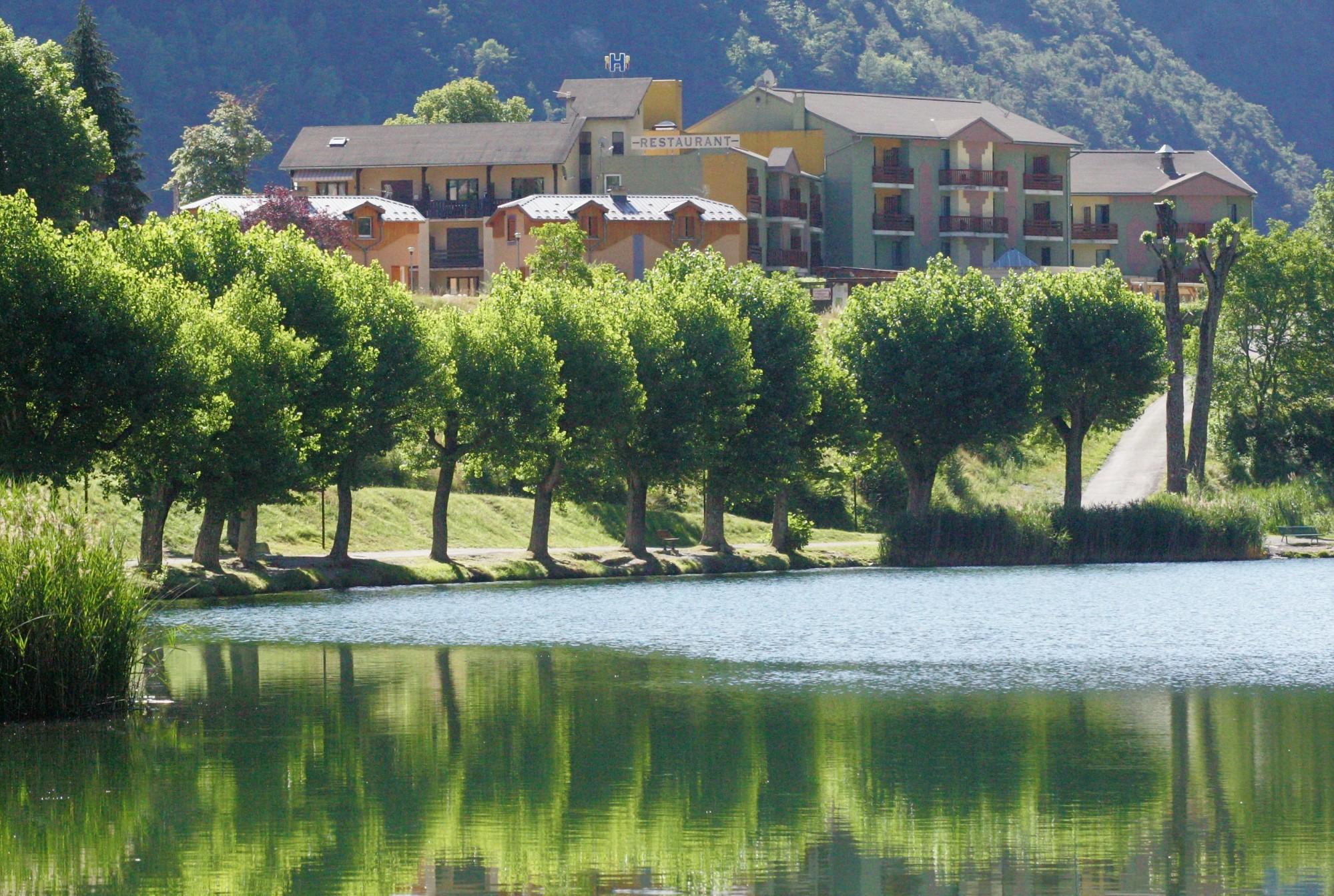 Lac et hotel montagne