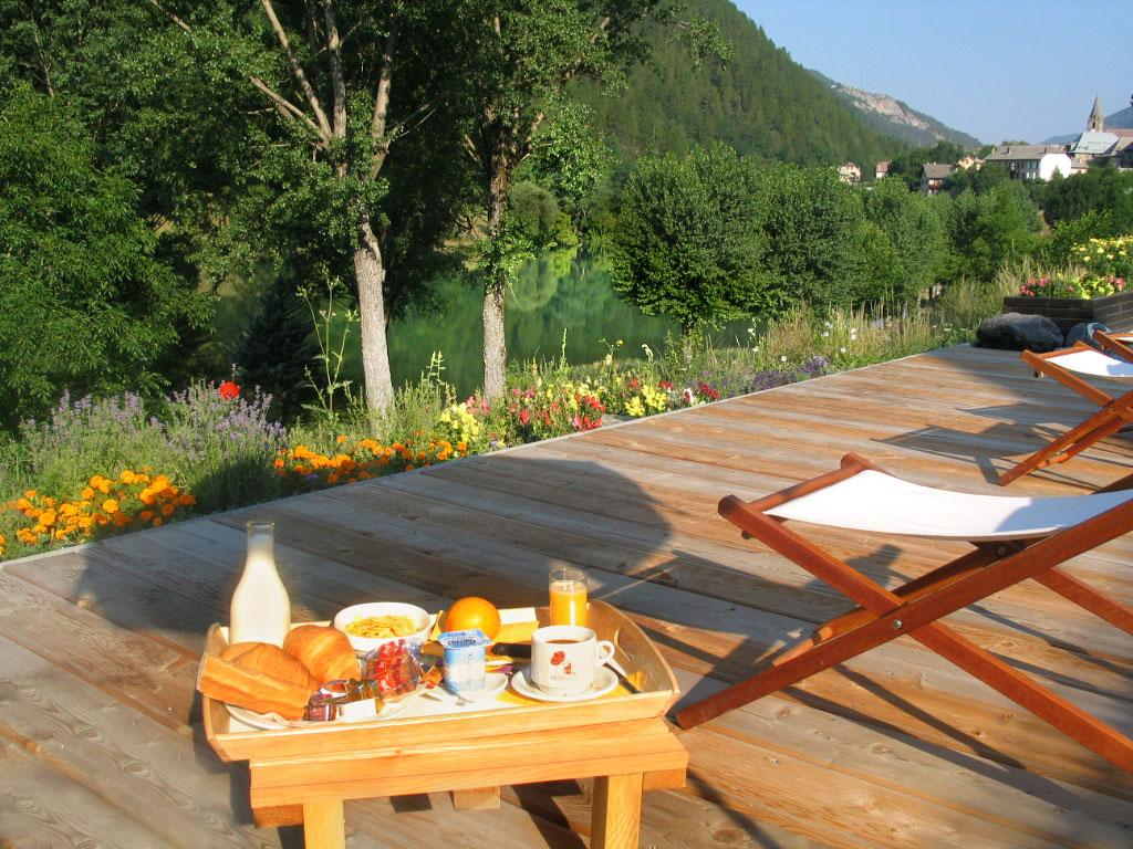 petit déjeuner en terrasse dans les alpes de haute provence