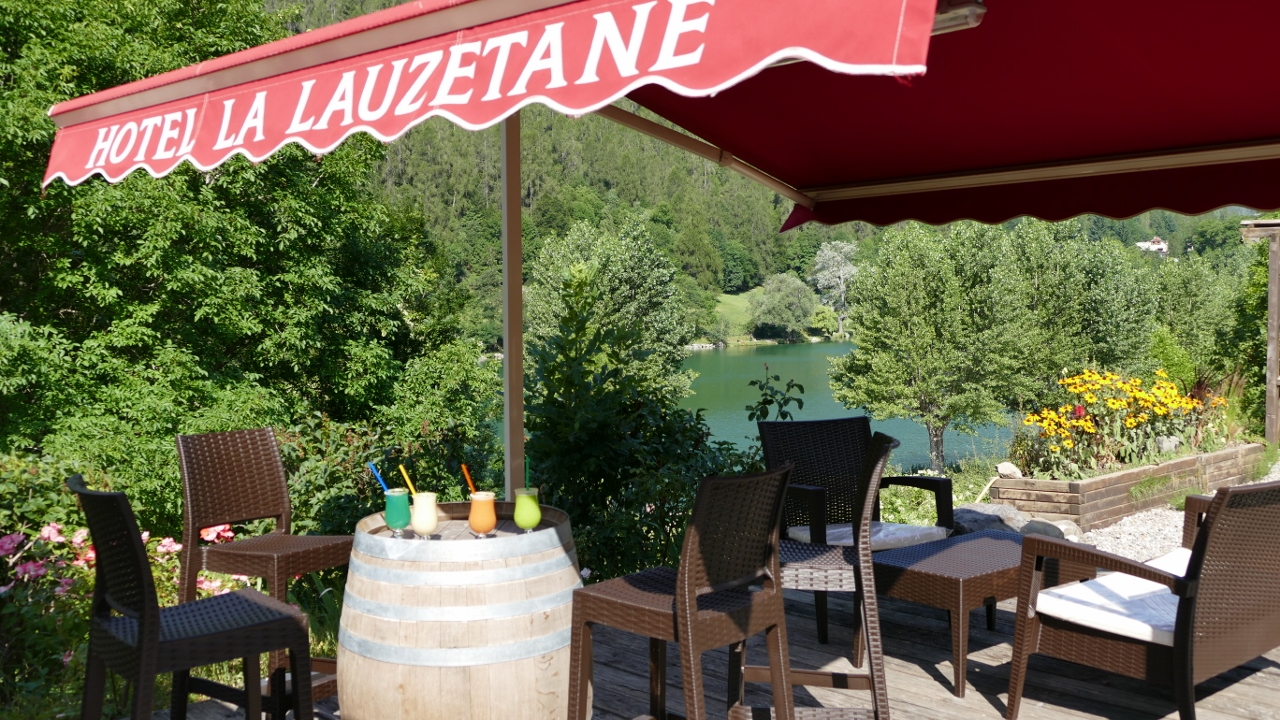 La terrasse bar au lauzet Ubaye